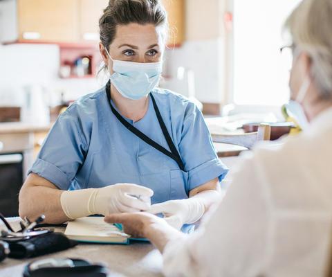 Krankenschwester hält Hausbesuch bei älterer Patientin ab
